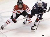 Caroline Ouelletteová z USA v souboji o puk s Natalií Darwitzovou z Kanady ve finále turnaje hokejistek na ZOH ve Vancouveru.