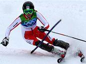 Česká lyžařka Šárka Záhrobská projíždí branku během své vydařené jízdy v prvním kole slalomu speciál.
