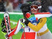 SPOLEČNÁ RADOST. Šárka Záhrobská gratuluje své přemožitelce Marii Rieschové k zisku zlaté olympijské medaile.