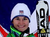 Šárka Záhrobská s českou vlajkou oslavuje své premiérové olympijské umístění na stupních vítězů.