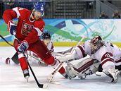 Martin Havlát se snaží překonat lotyšského brankáře Masalskise. (23. února 2010)