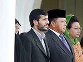 Azam al-Sadat Farahi sktytá za svým manželem Mahmúdem Ahmadínežádem.