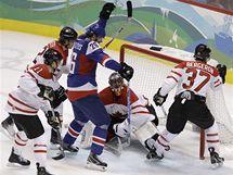 GÓL! Michal Handzuš (v modrém) se raduje z druhého gólu Slovenska při semifinále proti Kanadě.
