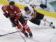 Chris Pronger z Kanady stíhán Marcelem Müllerem z Německa v osmifinálovém utkání ZOH ve Vancouveru.