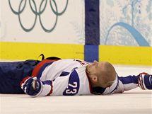 Luboš Bartečko leží otřesen na zemi po zásahu od Ole Kristiana Tollefsena v zápase Slovensko - Norsko.