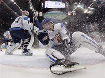 MARNÁ SNAHA. Valterri Filppula z Finska se sice snažil zabránit gólu všemi možnými způsoby, jeho tým však v semifinále olympijského turnaje podlehl Američanům vysoko 1:6.