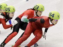 Číňanka Čou Jang (vpředu) patřila k favoritkám závodu na 1000 metrů. Ve finále ji však nakonec potkala diskvalifikace a zlato tak získala její krajanka Wang Meng.