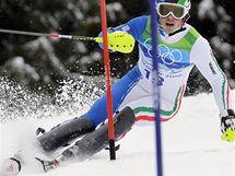 Giuliano Razzoli z Itálie při průjezdu slalomářskou brankou na ZOH ve Vancouveru.