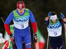 Český běžec Lukáš Bauer (s číslem 3) na trati olympijské klasické padesátky