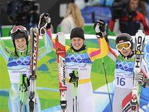 Medailistky obřího slalomu na olympijských hrách: (zleva) stříbrná Tina Mazeová, vítězka Viktoria Rebensburgová a třetí  Elizabeth Görglová.