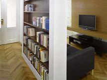 Částečným přepažením haly nízkou stěnou vznikl prostor pro televizní koutek a komunikační cesty. Nízká stěna je z jedné strany využita jako knihovna, z druhé strany ohraničuje televizní koutek