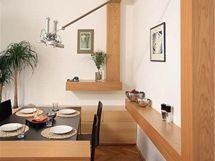 Neobvykle řešený jídelní kout je osvětlen atypickou lampou