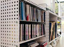 Mobilní knihovnička je ze stejných dílů, jaké nabízí stavebnice Merkur. Jen o něco větší