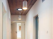 Dřevo se zde objevilo i na stropních podhledech