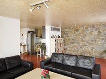 Východní stěna obývacího pokoje je obložena moravskou drobou