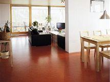 Chodbou i všemi obytnými místnosti prochází podlahová krytina Linoson na bázi přírodního linolea
