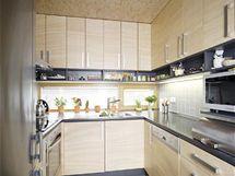 Kuchyňská linka, vyrobená z MDF desek podle návrhu architekta Bindra, vyplňuje niku při východní stěně