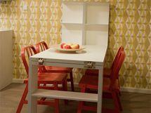 Jídelní stůl je rozkládací,  podnoží slouží také jako úložný prostor