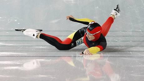 JAKO VĚTRNÝ MLÝN lopatkami, tak mávala Anni Friesingerová-Postmaová končetinami, když vyčerpaná doklouzala do cíle semifinálového závodu týmů.
