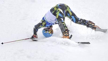 RÝT V ZEMI, tedy v tomto případě ve sněhu, a ne rypákem, nýbrž helmou. To je situace Larse Eltona Myhreho, jenž takto ukončil své slalomové snažení.