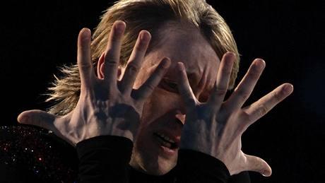 SKRZ PRSTY se dívá Pán ledu Jevgenij Pljuščenko na rozhodčí. V olympijském závodě mu nepřáli, skončil druhý. A tak jim aspoň v exhibici dokázal, jaký je krasobruslař. A jaký že? Inu, ten z lední revue.