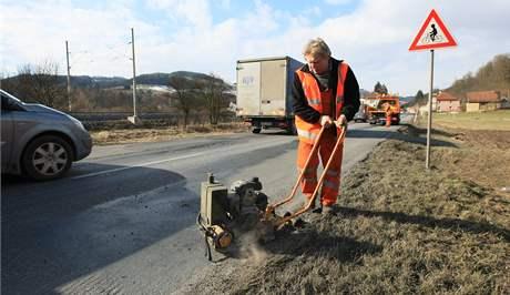 Opravy výtluků po zimě na silnici Brno - Svitavy