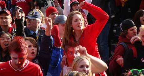 Vancouver, Robson Square - Kanaďané slaví olympijské zlato hokejistů