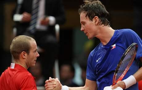 Olivier Rochus (vlevo) gratuluje Tomáši Berdychovi k vítězství v úvodní dvouhře Davis Cupu Belgie - Česko