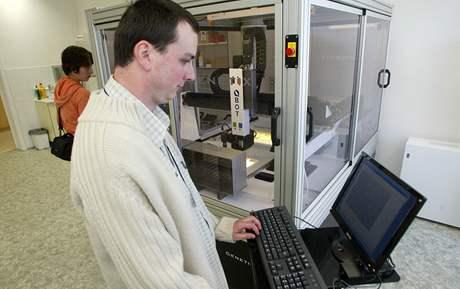 Ústav experimentální botaniky Akademie věd České republiky: Jan Bartoš pracuje s automatickým systémem pro manipulaci s DNA knihovnami rostlin
