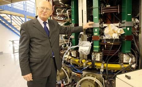Předseda AV ČR Václav Pačes ukazuje v dubnu 2008 na jednom z akademických pracovišť tokamak Compass. Tokamak je zařízení, vytvářející toroidní magnetické pole, používané jako magnetická nádoba pro uchovávání vysokoteplotního plazmatu.