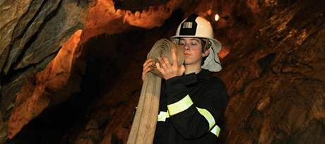 Hasič Pavel Bartoš spolu s kolegy odčerpává voda z Císařské jeskyně v Moravském krasu