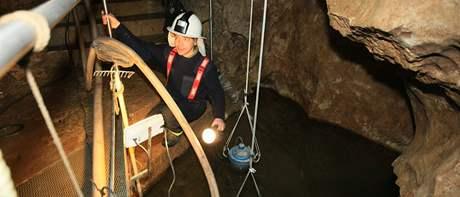 Hasič Jaromír Krbeček spolu s kolegy odčerpává voda z Císařské jeskyně v Moravském krasu