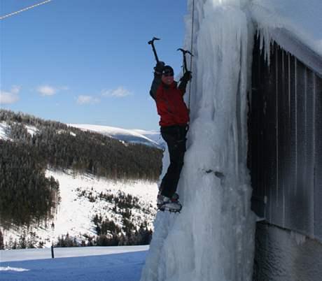 Cvičný ledopád hned za chatou Brádlerovy boudy.