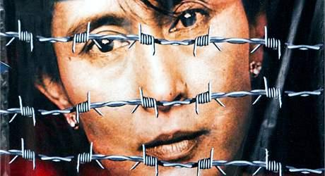 Plakát s výzvou k propuštění barmské disidentky Su Ťij.
