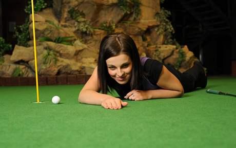 Seriál o golfových pravidlech - nedovolené zkoumání greenu.