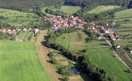 Letecký pohled na Hostětín, v popředí kořenová čistička odpadních vod