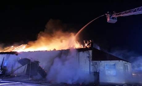 Požár autodílny a skladů v Jesenici u Prahy