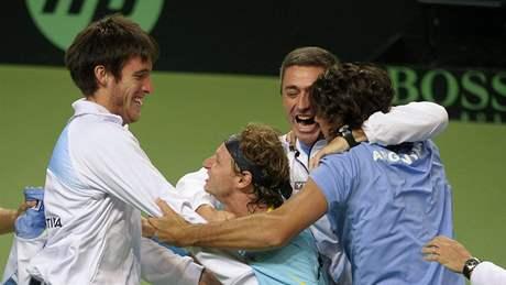 Tenisté Agentiny slavi postup do čtvrtfinále Davis Cupu, v modrém David Nalbandian, který vyhrál nad Andreasem Vinciguerrou