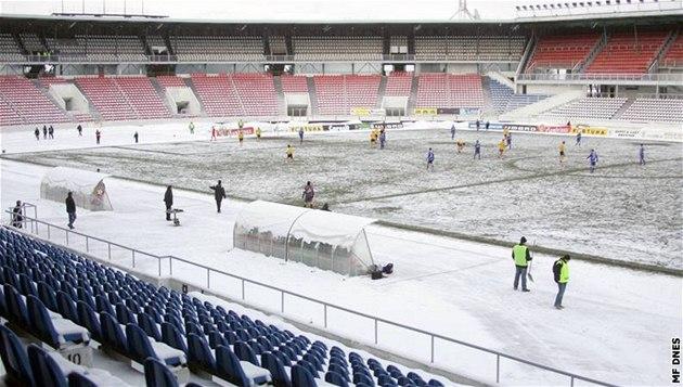 PRÁZDNÝ STADION. Fotbalisté Bohemians 1905 m�li od disciplinárky zav�ený stadion, a tak fanou�ci na Strahov na duel s Olomoucí nemohli. Tribuny tak z�staly prázdné a pod sn�hem.