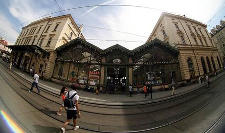 Masarykovo nádraží v centru Prahy potřebuje opravu. Dřevěná konstrukce střechy dvorany (na snímku uprostřed) je v tak dezolátním stavu, že ji musí podpírat přídavné sloupy. Když vše půjde hladce, začne se s opravou ještě letos.