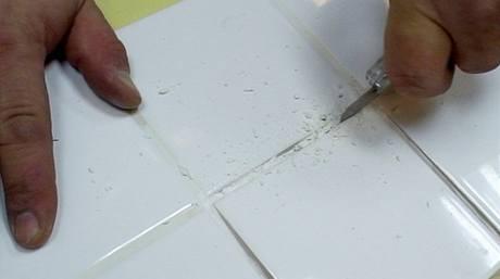 Spáry můžete dočistit odlamovacím nožem