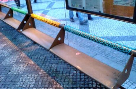 Opletené lavičky jsou prací Hany Novákové