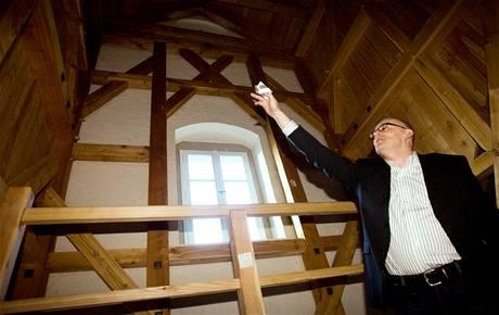 Starosta Prahy 1 Filip Dvořák ukazuje detaily zrekonstruovaného renesančního krovu v budově Malostranské besedy.
