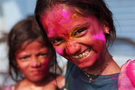 Během indického festivalu Holi na sebe lidé stříkají vodu a sypou barevný prášek. Svátkem barev, jak se mu také říka, si připomínají příchod jara. (1. března 2010)
