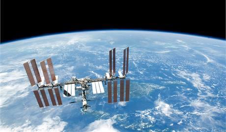 Mezinárodní vesmírná stanice (ISS) nad Zemí. Ilustrační foto