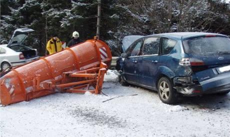 Nehoda sněhového pluhu a dvou osobních aut