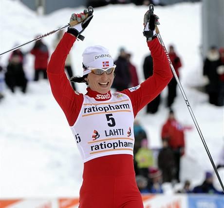 Norská běžkyně na lyžích Marit Björgen slaví vítězství v Lahti.