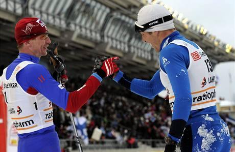 Lukáš Bauer (vlevo) a Maurice Manificat si blahopřejí k úspěchu ve skiatlonu v Lahti.