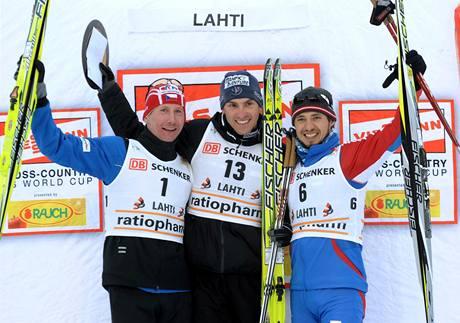 Lukáš Bauer (vlevo) na stupních vítězů spolu s vítězem skiatlonu Mauricem Manificatem z Francie a třetím Rusem Iljou Černousovem.