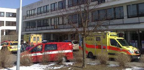 Hasiči a záchranka zasahují u požáru v objektu středních škol v Praze Stodůlkách.